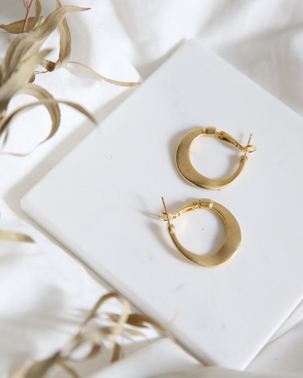 specific gold earring