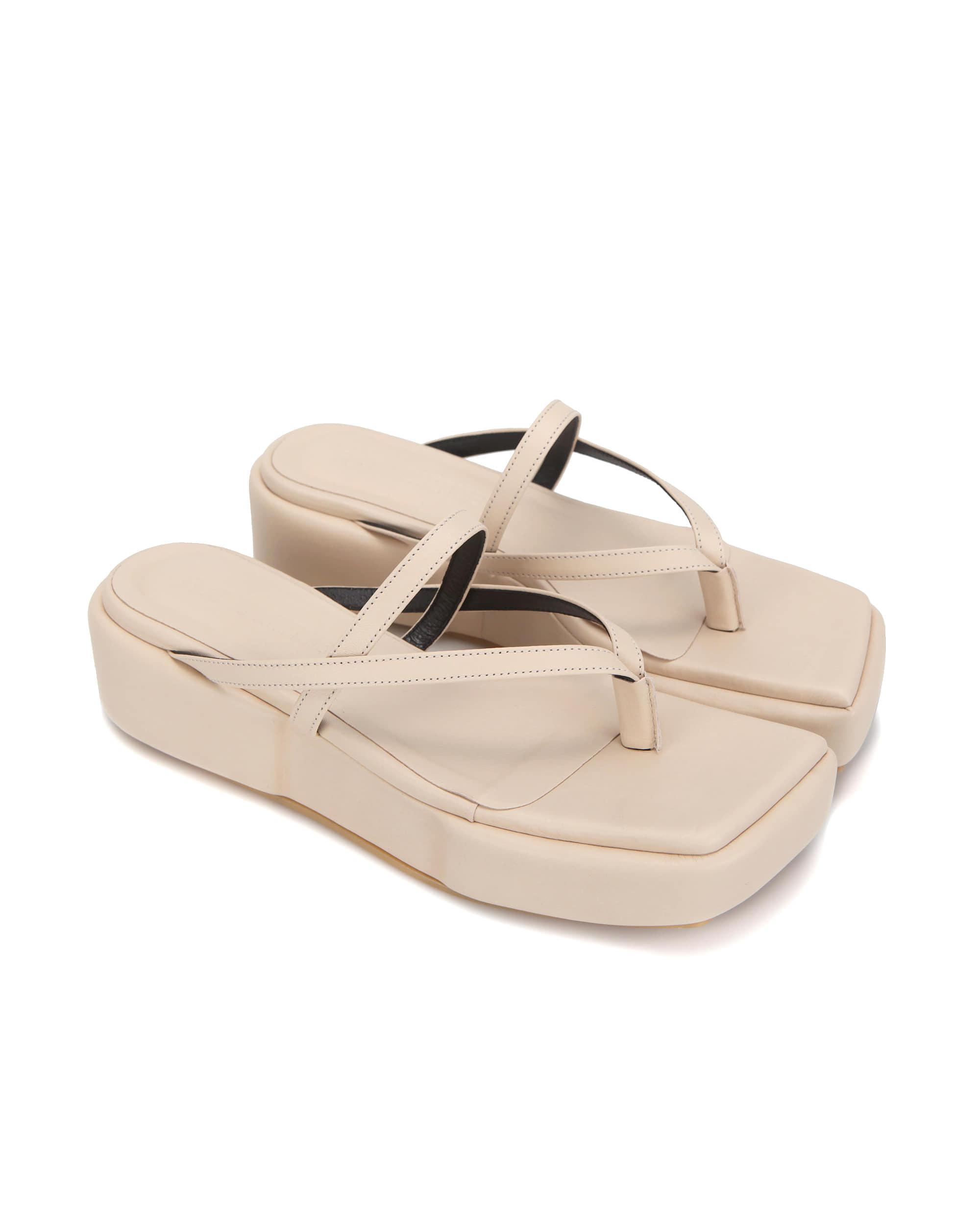 플랫아파트먼트, 플랫아파트먼트 신발, 플랫아파트먼트 슈즈, 스퀘어토, 사각코, 스퀘어 토 샌들, 볼륨샌들, 쿠션 샌들, 스트랩 샌들, 스퀘어토 샌들, 플랫폼샌들, 굽있는 플리플랍, 샌들, 여름 샌들, puffed heel sandals, puffed platform sandals, square toe sandal, square toe shoes, summer shoes, summer sandals, puffed platform shoes, flatapartment, flat apartment, flat apartment shoes, flatapartment shoes, strappy platforms, square toe platforms, square toe shoes, criss cross strappy shoes, strappy platforms, square toe platforms, shoes, Seoul fashion, K fashion, platform shoes, platforms