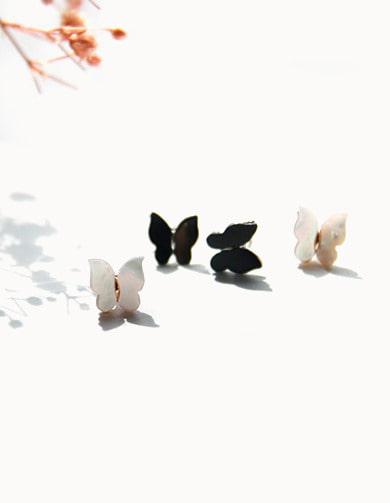M01540 크림빛 컬러감이 예쁜 자개로 셋팅된 나비 귀걸이