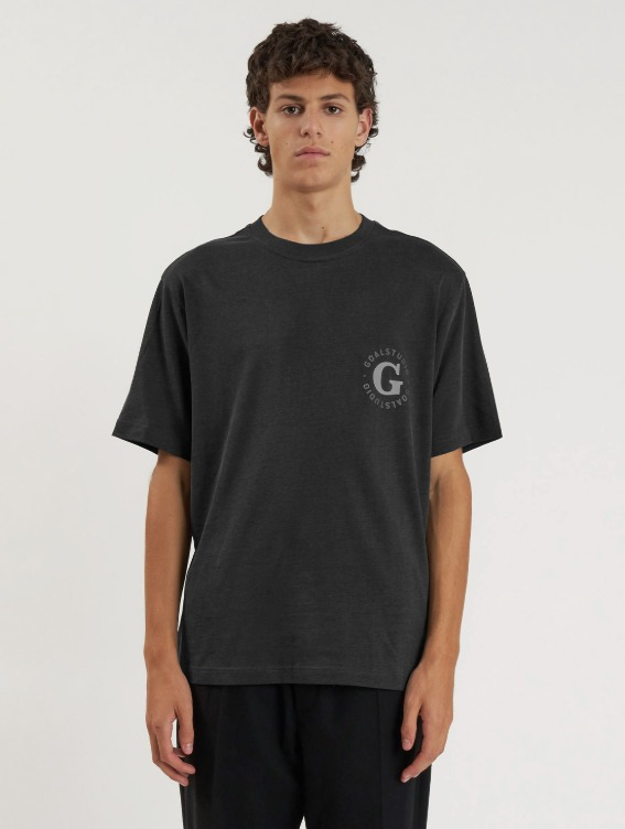 GOALSTUDIO WHO KNOWS G LOGO PIGMENT DYED TEE - CHARCOAL
