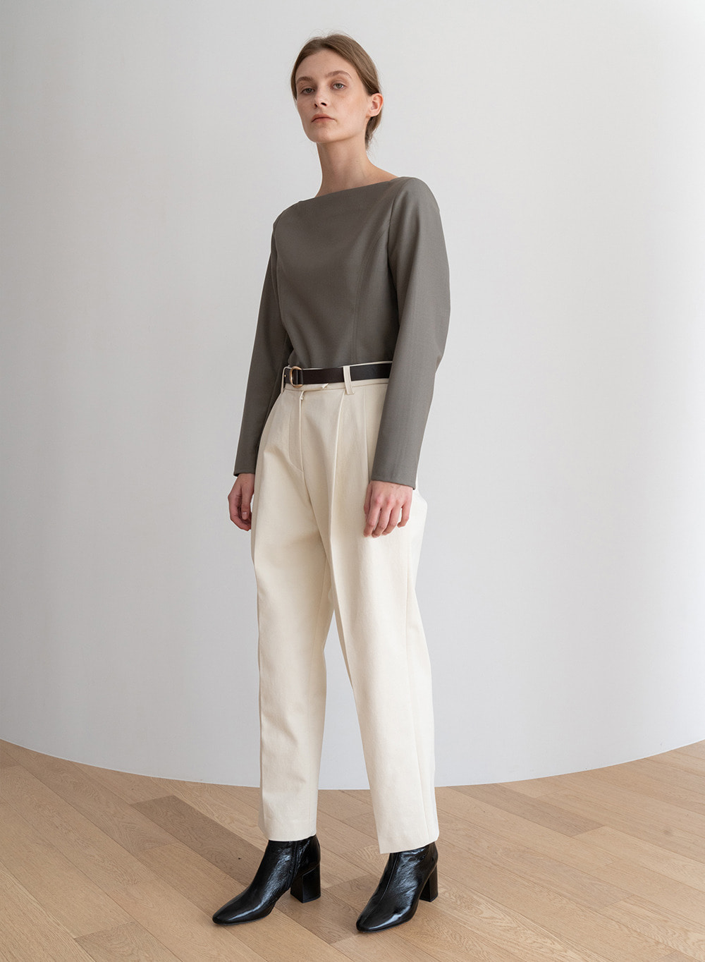 [ESSENTIAL] Classic Tuck Pants Ivory