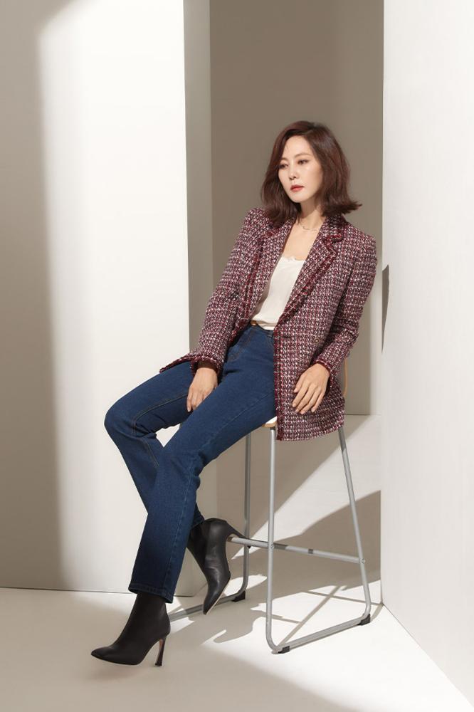 김남주 님 / Actress Kim, Namju with Gold SIgn Boots in Beige