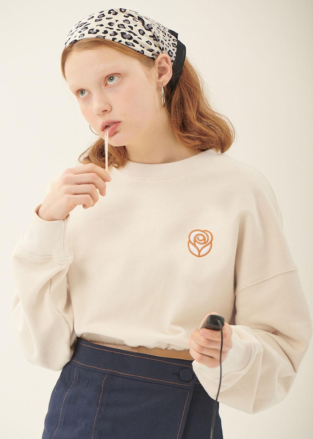 [배우 강민아, 위클리 신지윤 착용] Essential Rose Crop Sweatshirt [CREAM][배우 강민아, 위클리 신지윤 착용] Essential Rose Crop Sweatshirt [CREAM]자체브랜드