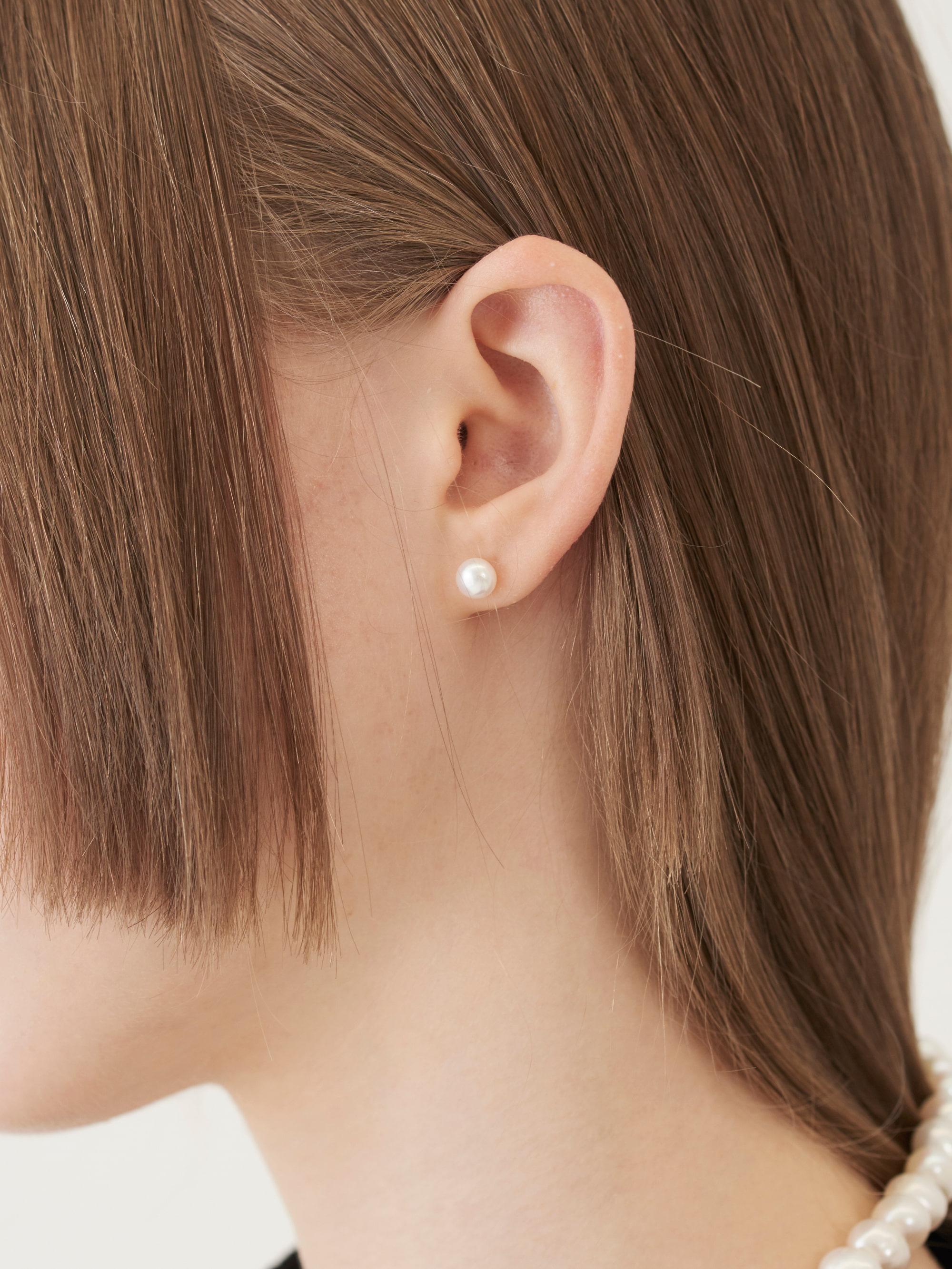 MEDIUM SIZE PEARL EARRING (WHITE)